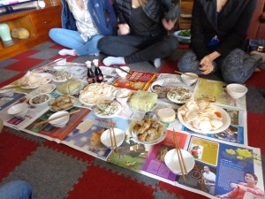 La nourriture commence à arriver. Le Chu'ng cake est le machin carré et vert.