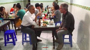 Barack Obama mange un bún chả à Hanoï