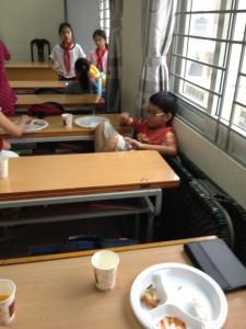 Duy Minh est clairement en train de kiffer le repas