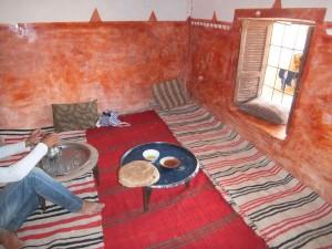 Partage du pain dans une maison au Maroc