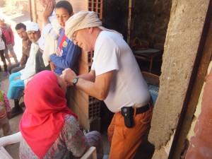 Un dentiste soigne bénévolement des communautés du Haut Atlas